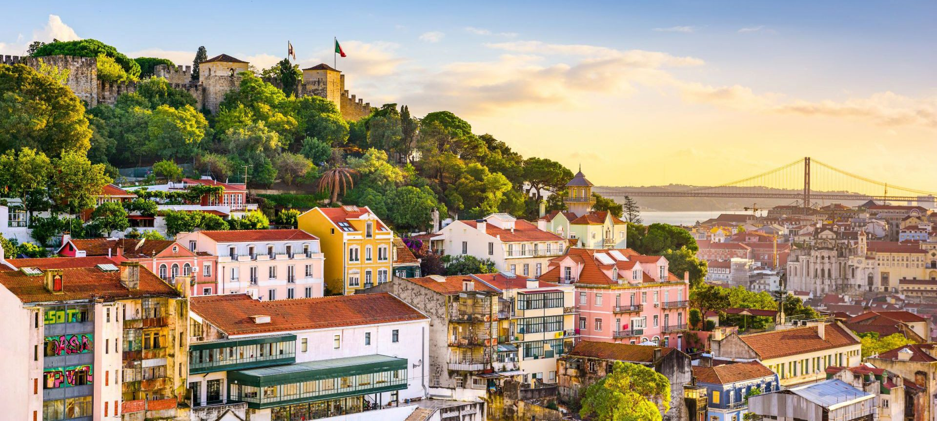 Сияещ в яркото си речно отражение, Лисабон омайва още отдалеч.