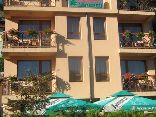 Почивка в Девин, България - Семеен хотел Здравец 3•