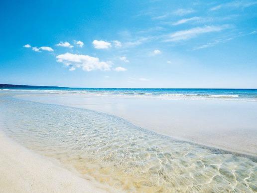 Бреговете на Пулия се къпят в прозрачните води на две морета - Йонийско и Адриатическо. Регионът впечатлява своите посетители с наситената си атмосфера, ярко слънце и неустоими пясъчни плажове.