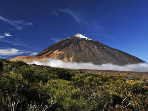 ...през спиращите дъха скални образувания и вулкани...