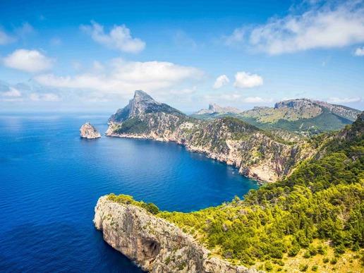 Незагубваща популярността си сред туристите, звездата на Средиземно море - балеарският първенец Майорка - няма шанс да ви разочарова със слънчевия си характер, незабравимите си плажове, лазурните панорами, отдалечените планини и одухотворените хълмисти градчета.