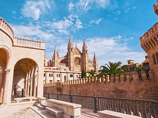 Накъдето и да тръгнете от внушаващата страхопочитание готическа катедрала в сърцето на Палма, няма да сбъркате - заоблени средновековни улици, барокови църкви, бохемски квартали и пазари.