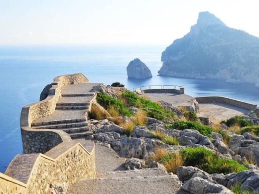 """Каменната площадка """"Ес Коломер"""", до която води поредица от стъпала, с невероятната гледка към едноименното островче е нещо, което никой пътешественик, стъпил на острова, не бива да пропуска."""