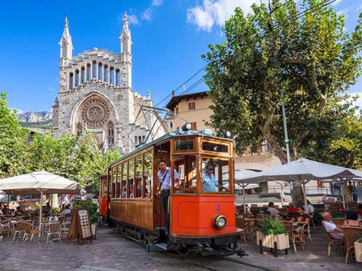 Пуерто Сойер е малко крайбрежно село, станало популярно заради историческия си трамвай, голям залив с пристанище и живописна обстановка.