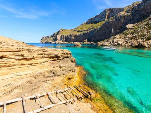 Кала Фигера е малък плаж, намиращ се в зашеметяващ залив на полуостров Форментор. Отдалеченото му местоположение и тюркоазените води го правят една от най-добре пазените тайни на острова.