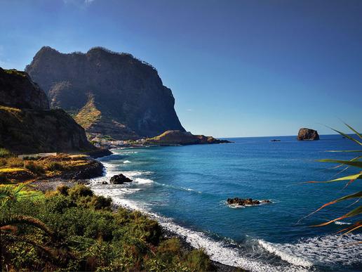 Ако се отправите към по-отдалечените и непознати кътчета на острова, ще откриете безлюдни скалисти заливчета и плажове със ситни камъчета, наредени като мъниста по брега на океана.