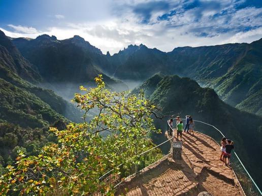 """""""Рибейро Фрио"""" е природен парк, разположен в северната част на острова, в дълбока долина, заобиколена от планини. Това място е много популярно с прекрасните си пътеки."""