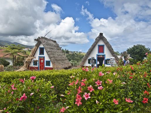 Сантана е очарователно селце в североизточната част на остров Мадейра, известно със своите колоритни и уникални триъгълни къщи, построени от камък и със сламени покриви.