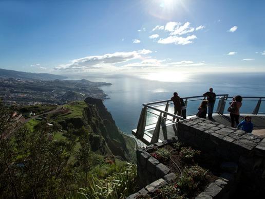 На кота 580 метра, Кабо Жирао е най-високият нос в Европа. Известен е сред туристите със стъклената си окачена платформа високо над бушуващото море.