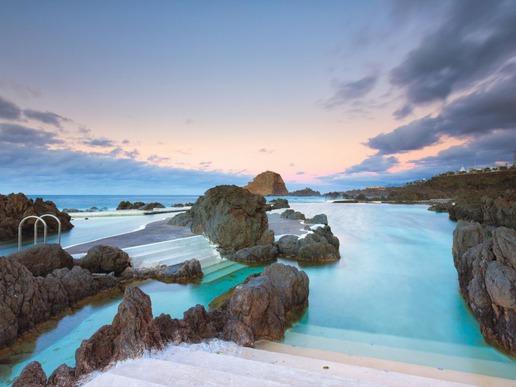 Естествените каменни басейни са най-известната забележителност на селището Порто Мониш. Те са образувани от изстинала вулканична лава и са пълни с кристално чиста морска вода.