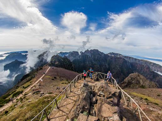 Третият по височина връх на острова, Пико до Ариейро, e една от задължителните спирки, откъдето се откриват невероятни гледки към по-голямата част от Мадейра.