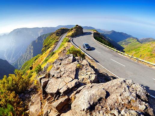 Виещите се планински пътища през вулканичното сърце на острова са несекващ източник на насечени природни пейзажи, връщащи ни сякаш към праисторическите времена.