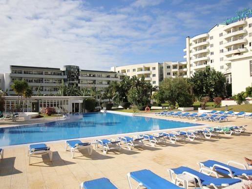 """Хотел """"Jardins d'Ajuda"""" е разположен във Фуншал, на 3 км от центъра, докъдето може да се стигне с безплатен хотелски транспорт няколко пъти дневно."""