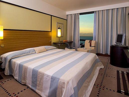 Всичките 379 стаи предлагат удобства като халати и чехли, както и кабелен интернет и балкон.