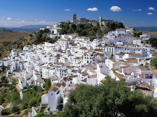 ... традиционните андалуски градчета, дивите фиести, вкусните местни ястия, безоблачното време и топлите слънчеви дни в най-южната част на испанското крайбрежие.