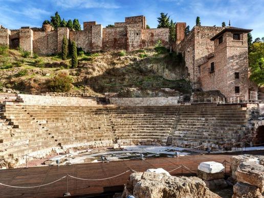 Историята на района датира от времето на финикийците и оттогава местността е била населявана от гърци, римляни и маври, които са оставили своя отпечатък върху архитектурата на региона.
