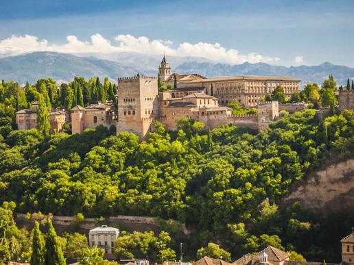 """Разположена в полите на Сиера Невада и богата на история и култура, Гранада е сред най-интересните за посещение градове в Испания, дом на невероятната крепост """"Алхамбра""""."""
