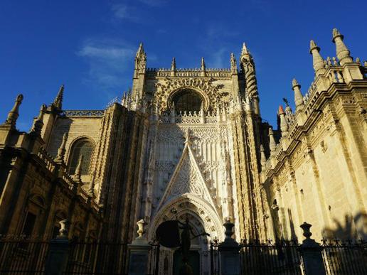 Историческият център на Севиля, коронован от колосална готическа катедрала, е опияняващ микс от бляскави мудехарски дворци, барокови църкви и средновековни алеи.