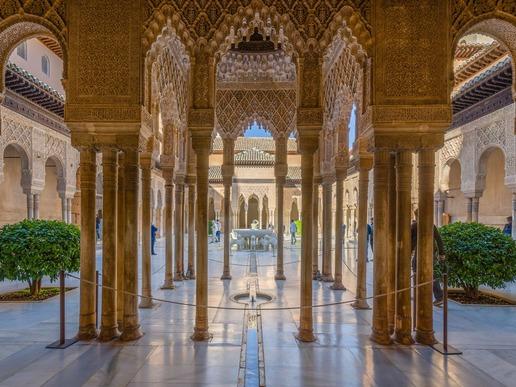 """Включен в списъка на ЮНЕСКО, комплексът """"Алхамбра"""" е бил както крепост, така и град, и дворец. Като исторически паметник едва ли някога ще бъде надминат."""