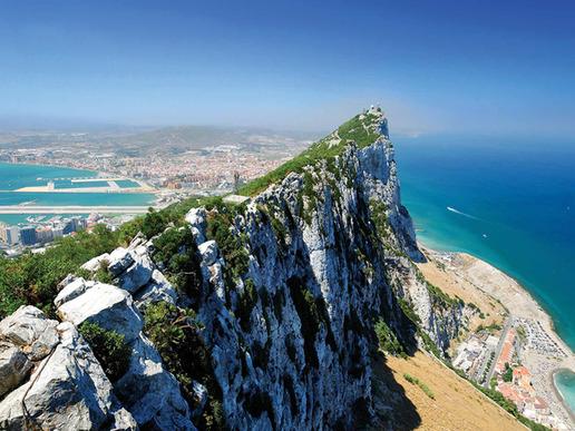 Един от краищата на света - според античните вярвания - Гибралтар бележи излаза на Средиземно море към Атлантическия океан и е дом на единствената популация от диви маймуни в Европа.