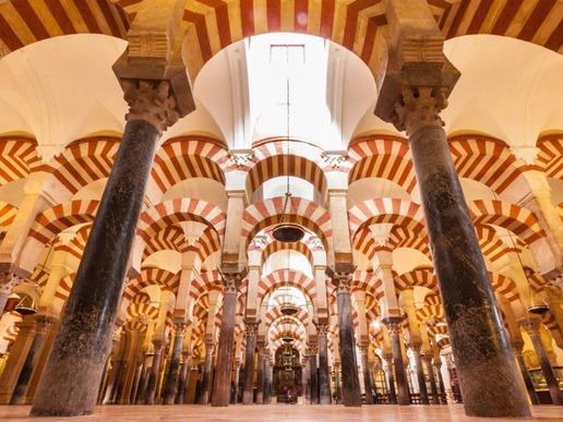 Кордоба е един от най-ярките примери за съвместно съществуване на контрастиращи култури и архитектурни стилове в продължение на хиляди години. Дом на величествената катедрала Мескита.
