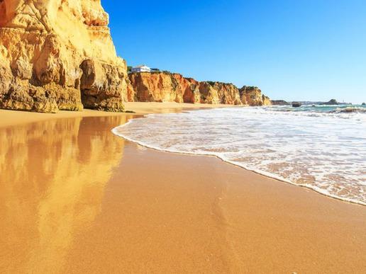 Неговата 150-километрова плажна ивица редува невероятни пясъчни плажове със скали и пещери в причудливи форми.