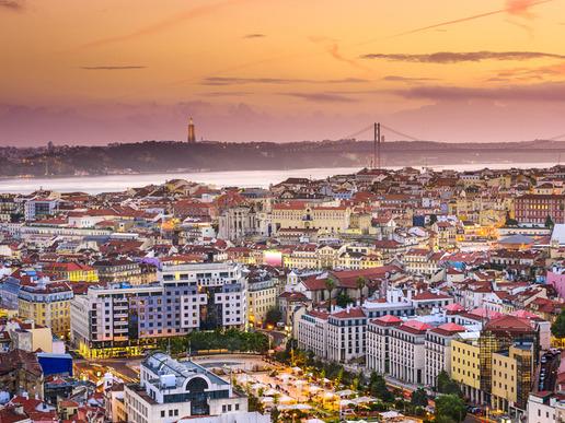Разположението на Лисабон върху седем ниски хълмчета до река Тежу, привличала някога търговци и заселници, е впечатляваща гледка.