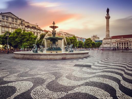"""Площад """"Росио"""" е разположен в сърцето на Лисабон. Той е един от най-оживените и популярни площади в града. Тук можете да разгледате множеството забележителности наоколо или просто да си починете в някое от чаровните кафенета."""