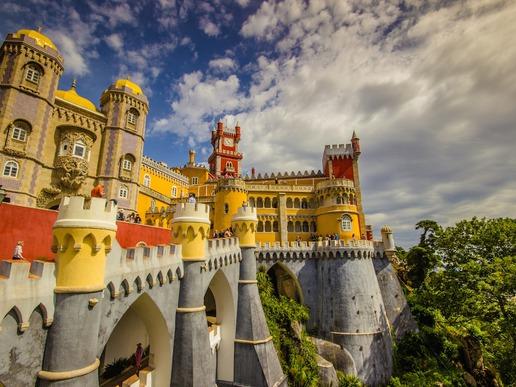 Синтра е възхитителен португалски град, който ще ви предложи изобилие от прекрасни туристически атракции, вариращи от древни замъци до разкошни дворци.