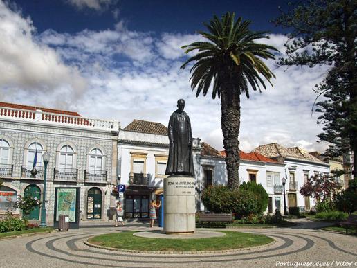 Тавира е била важна мавританска отбранителна крепост и главно пристанище през 14-ти век. Градът е напълно възстановен след опустошителното земетресение от 1755 г. Тази богата история се отразява в множество исторически паметници.