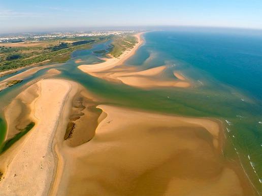 """Природният парк """"Риа Формоса"""" е едно от най-удивителните места на Алгарве. Наскоро избран сред 7-те природни чудеса на Португалия, това е уникална крайбрежна лагуна, която постоянно се променя, поради движението на вятъра и морските течения."""